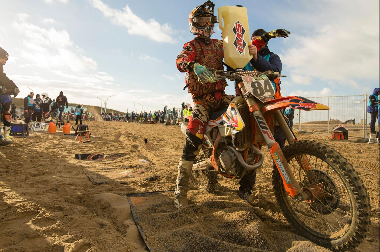 Herlings stops for fuel