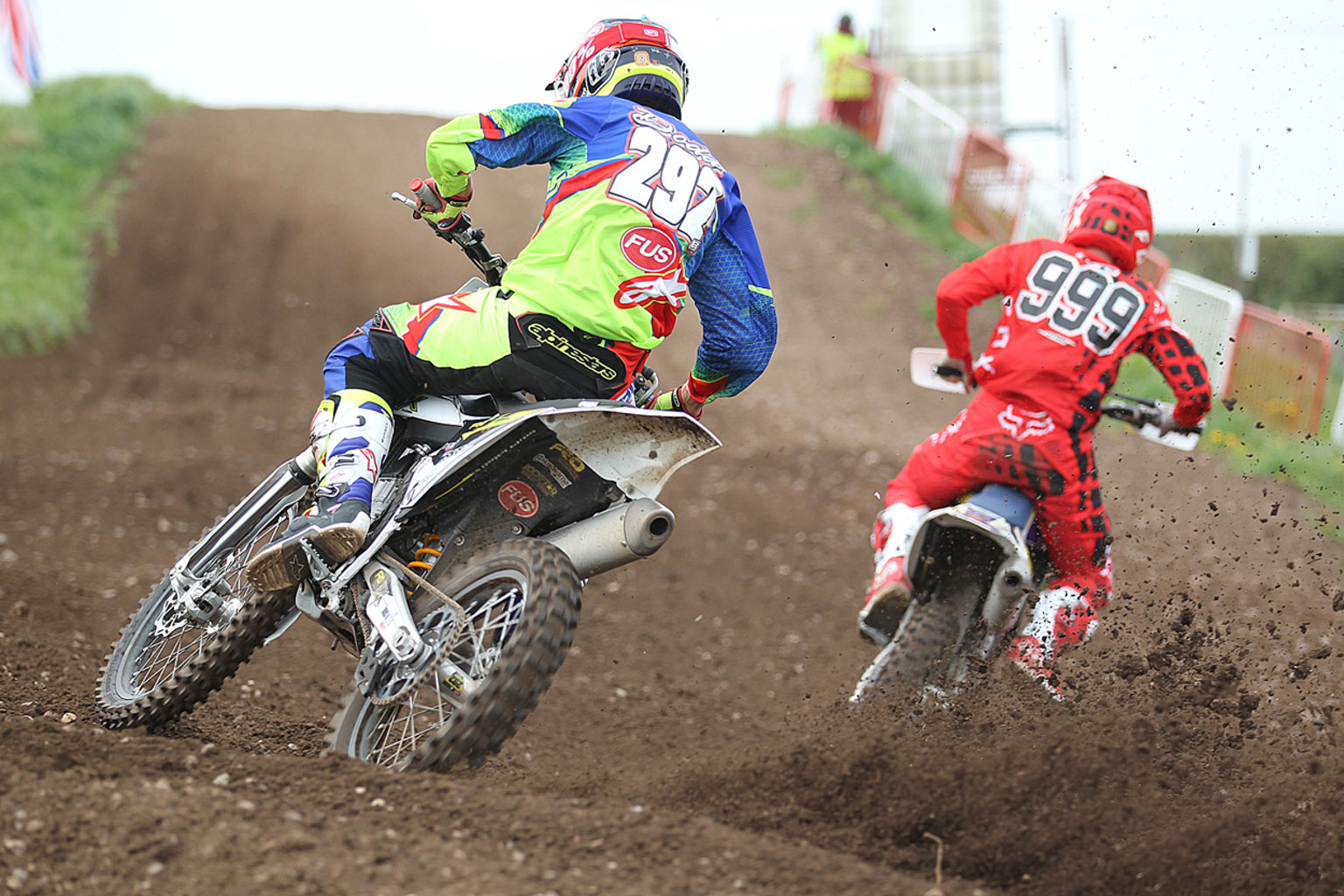 James Dodd(292) chasing Richard Cannings in MX1