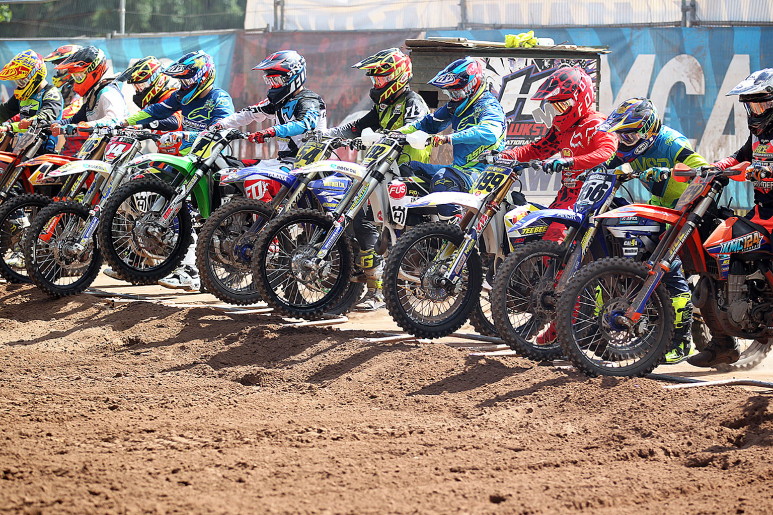 MX1 moto three start action