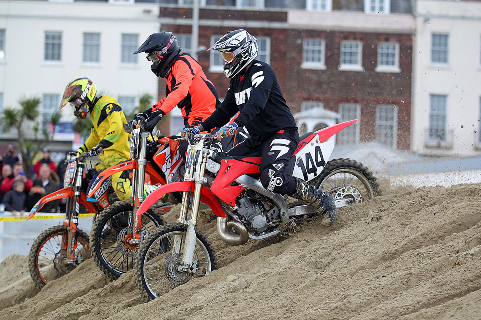 Formation Juniors racing in moto one