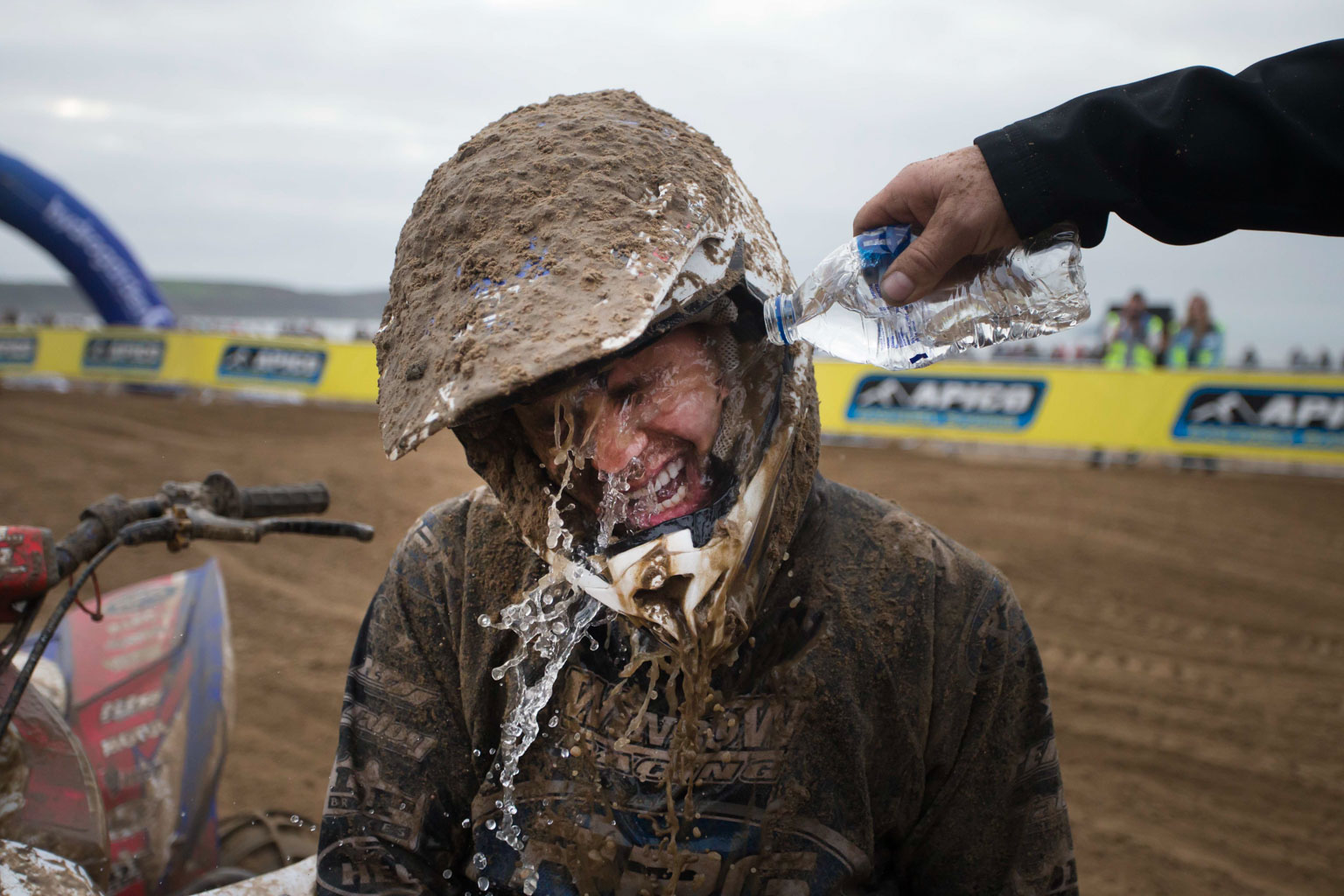 Stefan Murphy (Yamaha) getting sand washed out of his eyes by Paul Winrow after the finish