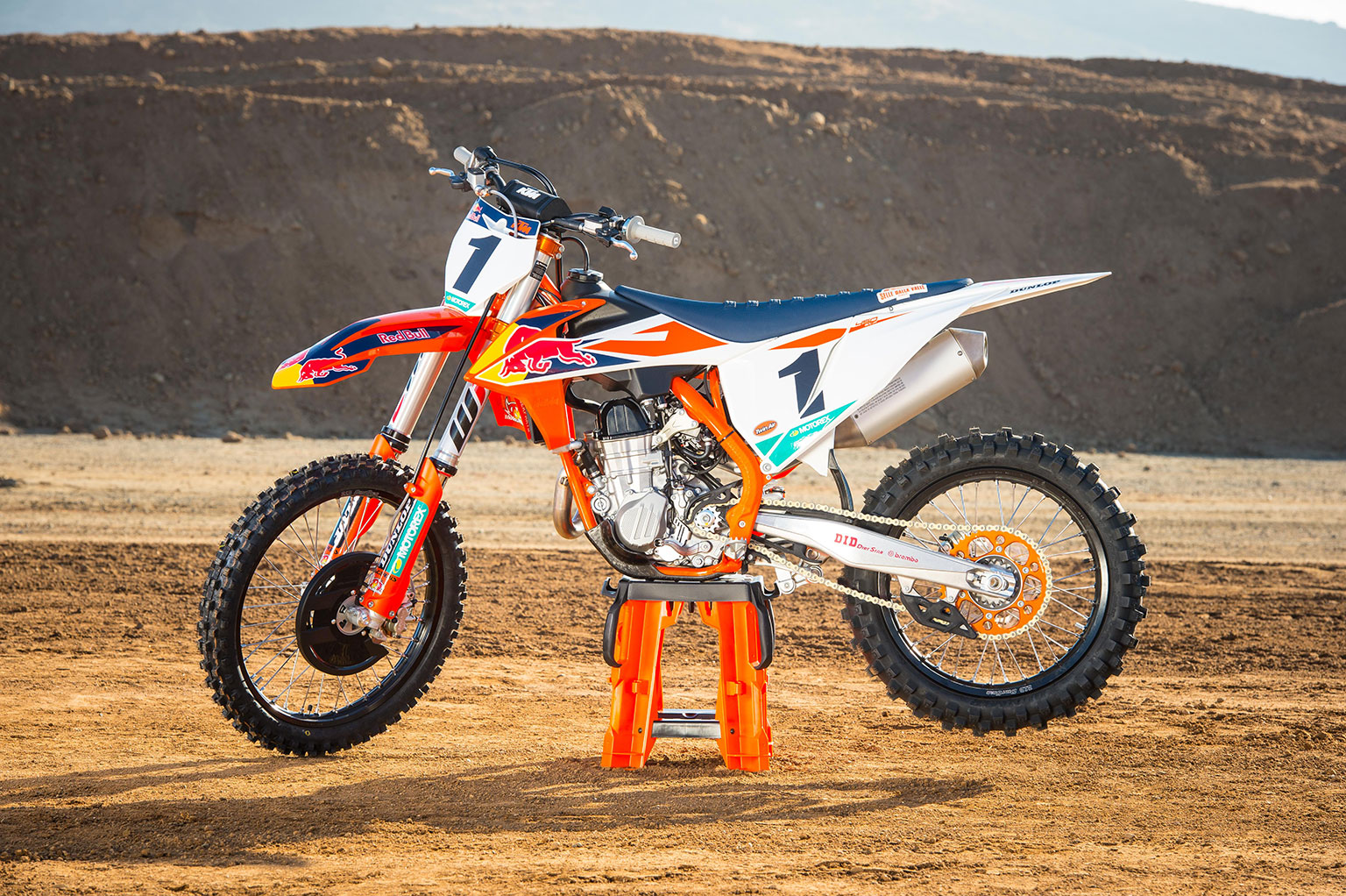 KTM-450-SX-F-Factory-Edition-MY-2018_Static_02-©-Simon-Cudby